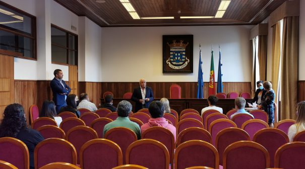 Presidente da Câmara Municipal entrega apoio financeiro a 27 alunos universitários